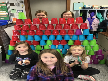 kids building cup tower